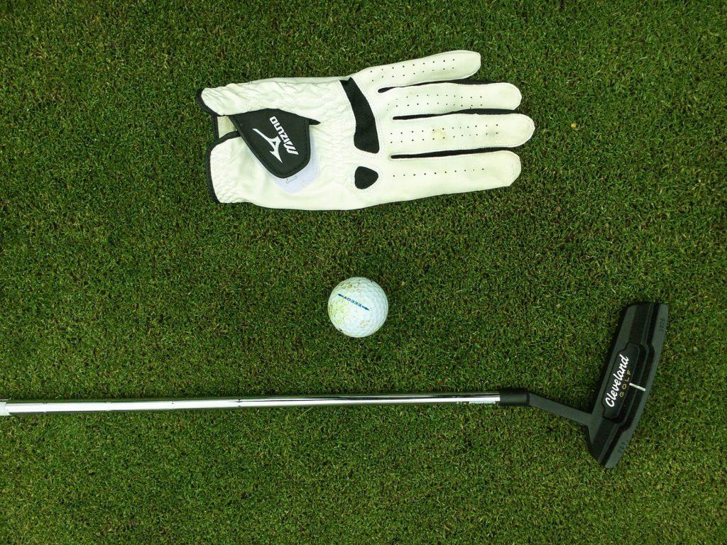 golfhandske, golfbold og golfkølle