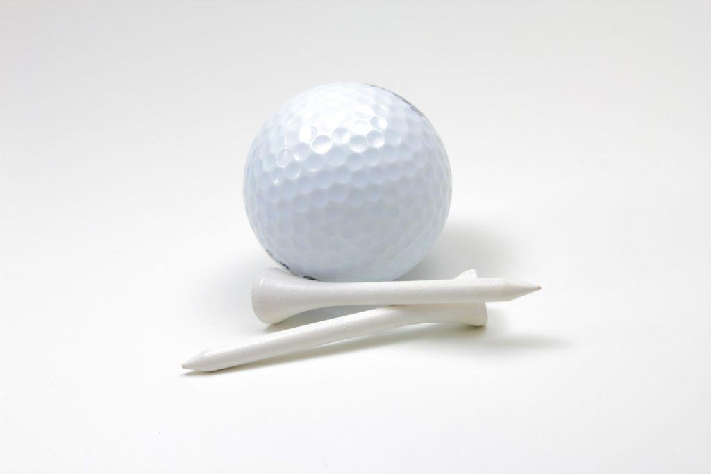 golfbold med tees
